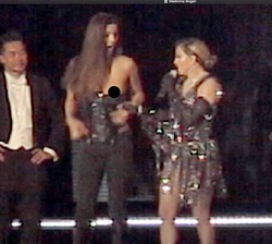 Мадонна раздела 17-летнюю поклонницу прямо на сцене